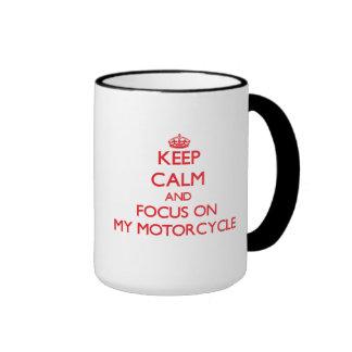 Guarde la calma y el foco en mi motocicleta taza de café