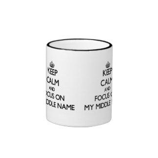 Guarde la calma y el foco en mi nombre medio taza de café