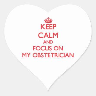Guarde la calma y el foco en mi obstétrico calcomanía de corazón