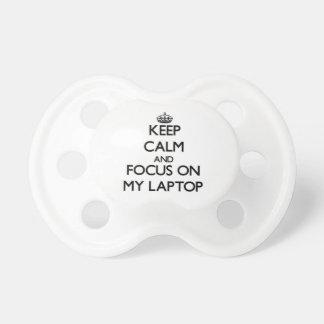Guarde la calma y el foco en mi ordenador portátil chupetes
