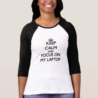 Guarde la calma y el foco en mi ordenador portátil camisetas