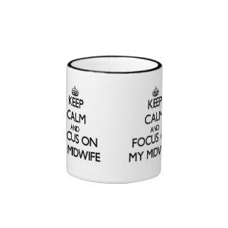 Guarde la calma y el foco en mi partera taza de dos colores