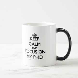 Guarde la calma y el foco en mi Ph D Taza