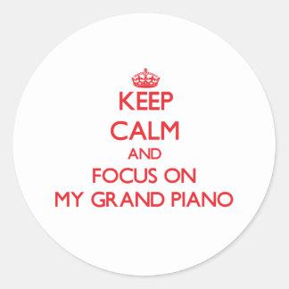 Guarde la calma y el foco en mi piano de cola pegatina redonda