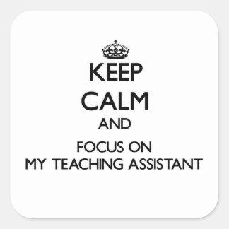 Guarde la calma y el foco en mi profesor ayudante pegatina cuadrada