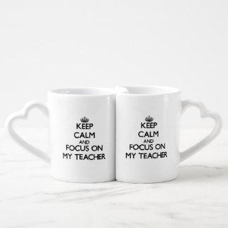 Guarde la calma y el foco en mi profesor taza para parejas