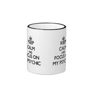 Guarde la calma y el foco en mi psíquico tazas de café