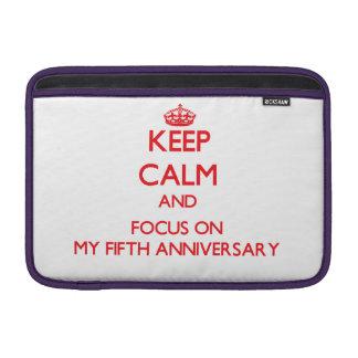 Guarde la calma y el foco en mi quinto aniversario fundas MacBook