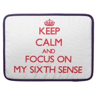 Guarde la calma y el foco en mi sexto sentido fundas para macbook pro