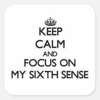 Guarde la calma y el foco en mi sexto sentido calcomania cuadrada personalizada