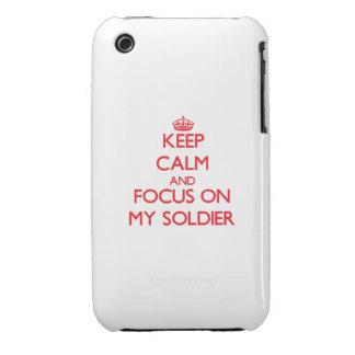 Guarde la calma y el foco en mi soldado iPhone 3 fundas