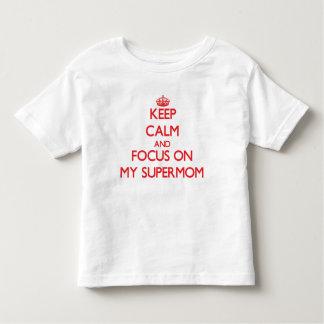 Guarde la calma y el foco en mi Supermom T-shirts