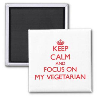 Guarde la calma y el foco en mi vegetariano imán de nevera