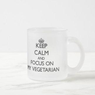 Guarde la calma y el foco en mi vegetariano taza
