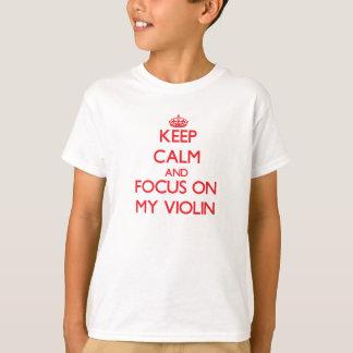 Guarde la calma y el foco en mi violín playera