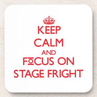 Guarde la calma y el foco en miedo escénico posavaso