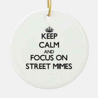 Guarde la calma y el foco en Mimes de la calle Ornamento Para Arbol De Navidad