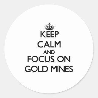 Guarde la calma y el foco en minas de oro pegatinas redondas