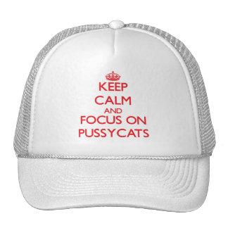 Guarde la calma y el foco en mininos gorras de camionero