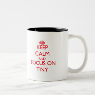 Guarde la calma y el foco en minúsculo taza dos tonos