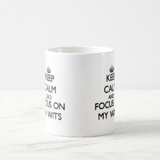 Guarde la calma y el foco en mis ingenios taza básica blanca