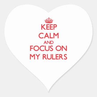 Guarde la calma y el foco en mis reglas calcomanía corazón
