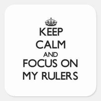 Guarde la calma y el foco en mis reglas calcomania cuadrada personalizada