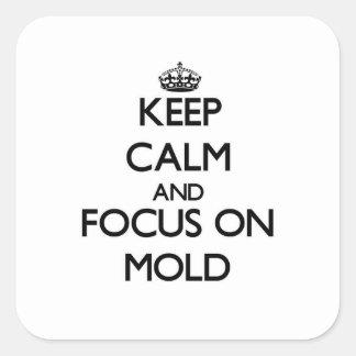 Guarde la calma y el foco en molde pegatina cuadrada