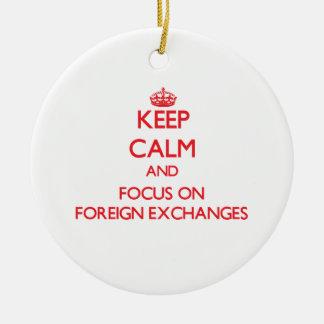 Guarde la calma y el foco en monedas extranjeras ornaments para arbol de navidad