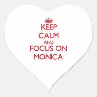 Guarde la calma y el foco en Mónica Pegatina En Forma De Corazón