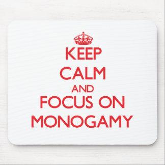 Guarde la calma y el foco en monogamia alfombrilla de ratón