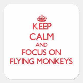 Guarde la calma y el foco en monos del vuelo pegatina cuadrada