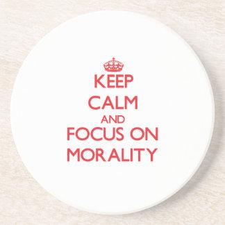 Guarde la calma y el foco en moralidad posavaso para bebida