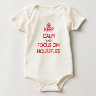 Guarde la calma y el foco en moscas domésticas mamelucos de bebé