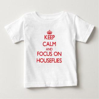 Guarde la calma y el foco en moscas domésticas poleras