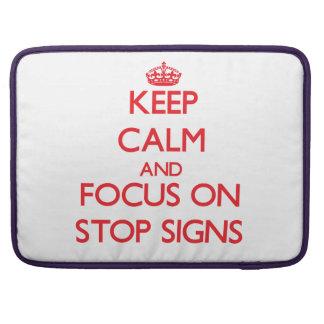 Guarde la calma y el foco en muestras de la parada funda macbook pro