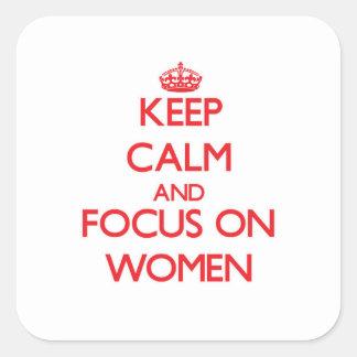 Guarde la calma y el foco en mujeres pegatina cuadrada