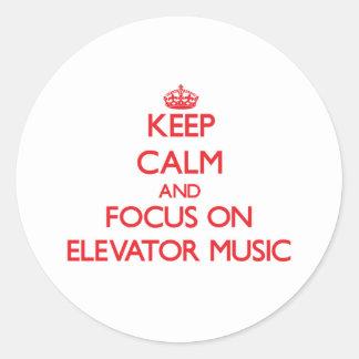 Guarde la calma y el foco en música del elevador pegatinas redondas
