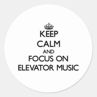 Guarde la calma y el foco en música del elevador etiquetas redondas