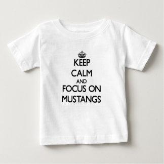 Guarde la calma y el foco en mustangos camisetas