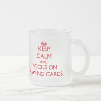 Guarde la calma y el foco en naipes tazas de café