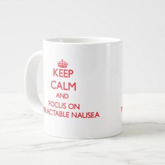 Guarde la calma y el foco en náusea insuperable taza grande