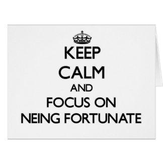 Guarde la calma y el foco en Neing afortunado Tarjeton