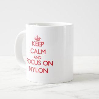 Guarde la calma y el foco en nilón taza grande