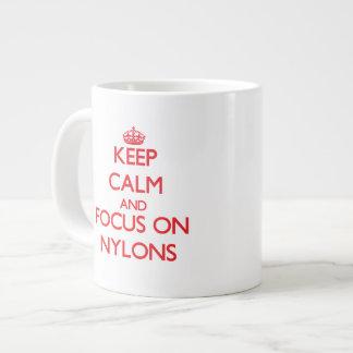 Guarde la calma y el foco en nilones taza grande