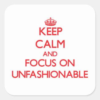 Guarde la calma y el foco en no ajustado a la moda pegatina cuadrada