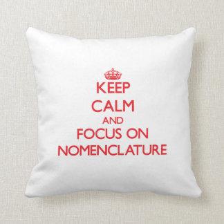 Guarde la calma y el foco en nomenclatura cojin