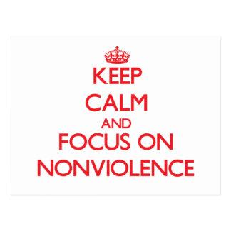 Guarde la calma y el foco en Nonviolence Tarjeta Postal