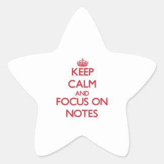 Guarde la calma y el foco en notas calcomania forma de estrella