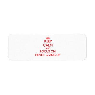 Guarde la calma y el foco en nunca el donante para etiqueta de remite